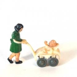 Meisje met kinderwagen